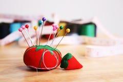 Pin-Kissen auf Tabelle Stockfotografie