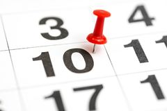 Pin la date numéro 10 Le dixième jour du mois est identifié par une punaise rouge Pin sur le calendrier Concept de calendrier pou photo stock