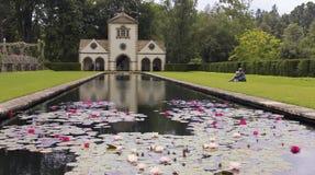 Pin Mill e Lily Pond, jardim de Bodnant Fotos de Stock Royalty Free