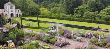 Pin Mill e Lily Pond, jardim de Bodnant Imagem de Stock