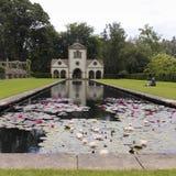 Pin Mill e Lily Pond, jardim de Bodnant Imagens de Stock Royalty Free
