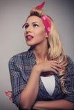 Pin modèle blond de concept de vintage vers le haut de style Photo libre de droits