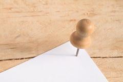 Pin-Nagel auf hölzernem Brett Stockbild