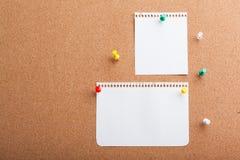 Pin Paper op cork raad Stock Afbeeldingen