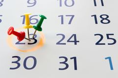 Pin sul concetto del calendario per occupato, ricordo di riunione e di appuntamento immagine stock
