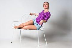 Pin sulla ragazza che pone sul banco Fotografia Stock Libera da Diritti