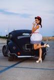 Pin-up all'ora blu con l'automobile su ordinazione fotografia stock libera da diritti
