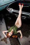 Pin-up della ragazza, retro automobile Fotografie Stock