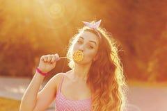 Pin Up Girl cache ses lèvres pour une lucette Photo libre de droits