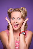 Pin-up-Girl, das Gefühle demonstriert Lizenzfreies Stockbild