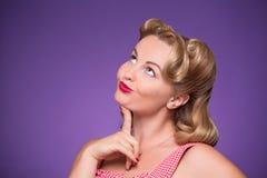 Pin-up-Girl, das Gefühle demonstriert Lizenzfreie Stockfotos