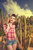 Pin-up-Girl in den Kakteen Retro- Art Lizenzfreies Stockfoto