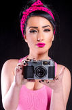 Pin-up-Girl mit alter Kamera Stockfoto