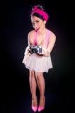 Pin-up-Girl mit alter Kamera Stockbilder