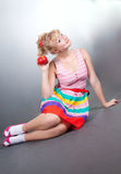 Pin-up-Girl mit Apfel Stockfoto
