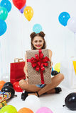 Pin-up-Girl nach der Codepartei des leichten Kleids, die Geschenk zeigt stockbild