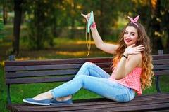 Pin Up Girl que hace el selfie en el teléfono en parque fotos de archivo libres de regalías