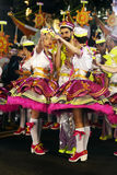 Pin-up-Girl und junger Seemann Man - populäre Parade-Farben Lizenzfreie Stockfotografie