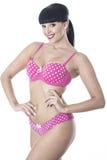Pin Up Model Posing atractivo lindo atractivo magnífico en la polca rosada Dot Lingerie Foto de archivo