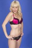 Pin Up Model Posing joven en ropa interior negra y rosada Foto de archivo