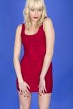 Pin Up Model Posing joven en vestido del cortocircuito del rojo Fotografía de archivo