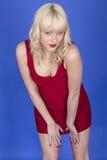 Pin Up Model Posing joven en vestido del cortocircuito del rojo Imagenes de archivo