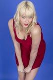 Pin Up Model Posing Playing joven con el vestido rojo corto Imágenes de archivo libres de regalías