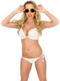 Pin Up Model Wearing joven atractivo un bikini Imagen de archivo