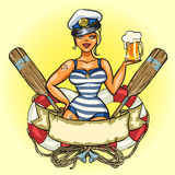 Pin Up Sailor Girl con birra fredda Fotografia Stock