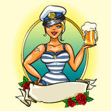 Pin Up Sailor Girl con birra fredda Fotografie Stock