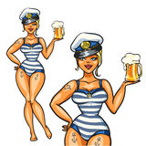 Pin Up Sailor Girl con birra fredda Immagine Stock