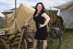 Pin-up se penchant sur la bicyclette Images stock