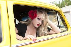 Pin upp flicka och den klassiska bilen royaltyfri fotografi