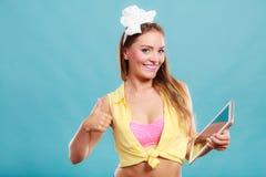 Pin vers le haut de femme avec le comprimé de PC donnant le pouce vers le haut du signe Photos libres de droits