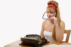 Pin vers le haut de la fille dactylographiant sur une machine à écrire, sur le blanc photographie stock