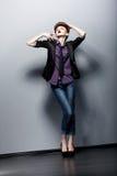 Pin vers le haut de la fille de mode posant dans le studio. Charme Images libres de droits