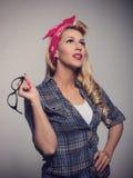 Pin vers le haut de rétro style de fille blonde avec des lunettes de soleil Photographie stock libre de droits
