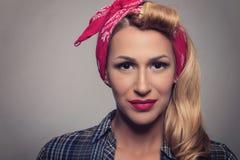 Pin vers le haut de rétro style de fille blonde Concept modèle blond de vintage Photos stock