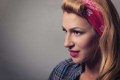 Pin vers le haut de rétro style de fille blonde Concept modèle blond de vintage Photos libres de droits
