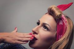 Pin vers le haut de rétro style de fille blonde Concept modèle blond de vintage Image libre de droits