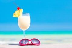 pina colada和太阳镜的图片在热带 免版税库存照片