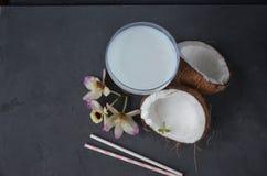 Pina-colada Getränk im Cocktailglas, das mit Kokosnuss und Orchidee verziert wird, blüht Lizenzfreie Stockfotos