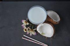 Pina-colada Getränk im Cocktailglas, das mit Kokosnuss und Orchidee verziert wird, blüht Stockfotos
