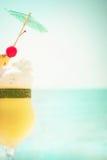 Pina coladacoctail med frukter och paraplygarnering Fotografering för Bildbyråer