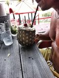 Pina Coladas och få druckit i regnet! arkivbild