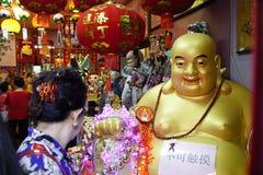PINANG, am 14. Januar 2017 - Statue von einem lächelnden goldenen Buddha Lizenzfreie Stockbilder