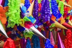 Pinatas in een Markt Stock Fotografie