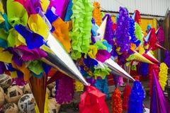 Pinatas en un mercado Imagenes de archivo