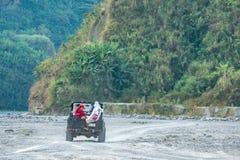 Pinatubo的2月18,2018游人在一辆四轮驱动的汽车, Capas游览 库存照片