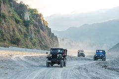 Pinatubo的2月18,2018游人在一辆四轮驱动的汽车, Capas游览 免版税库存照片